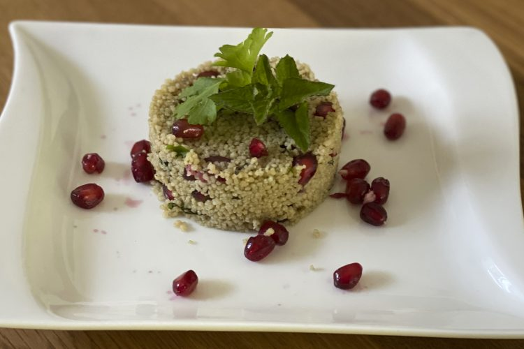 Vollkorncouscous-Salat mit Weizengrassaft